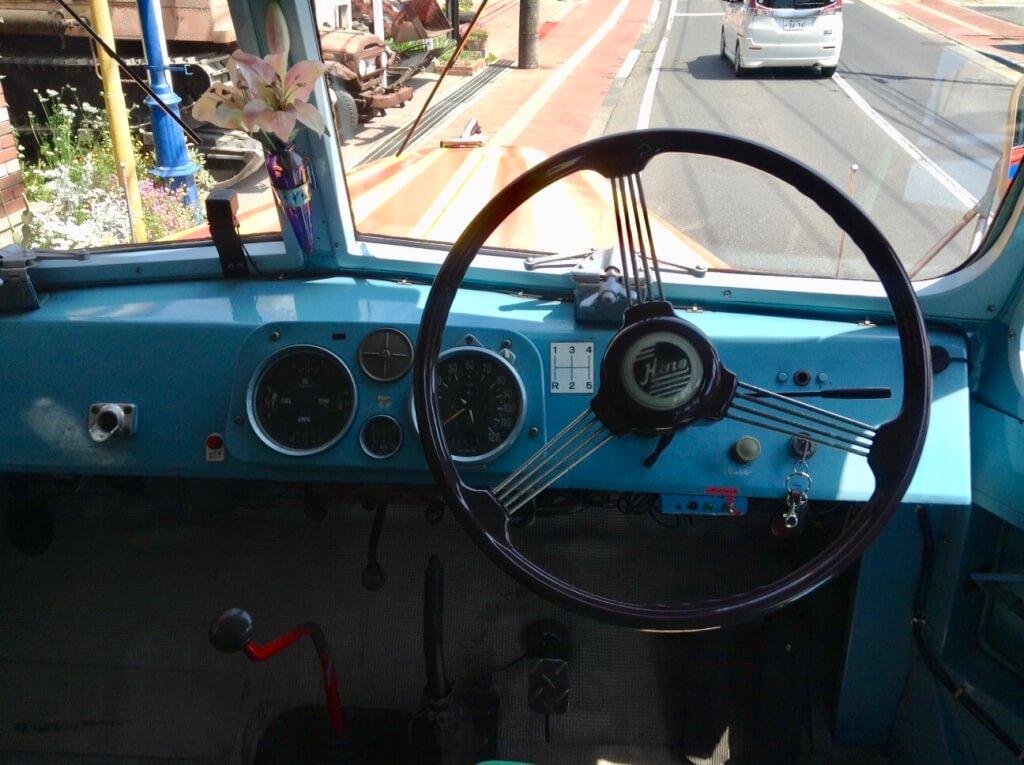 ボンネットバス車内